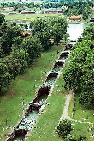 Den berömda slusstrappan i Berg har sju slussar som lyfter båtarna 18,8 meter - en tidskrävande passage.