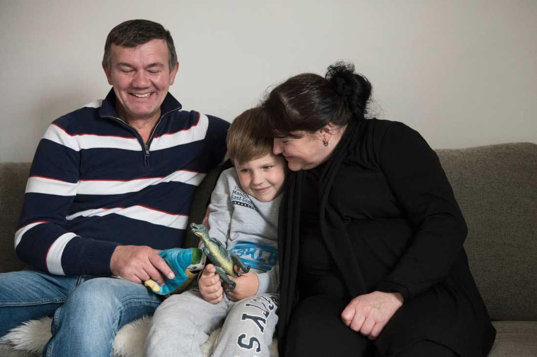 Denis morfar och mormor vill uppfostra honom och har inlett en adoptionsprocess.