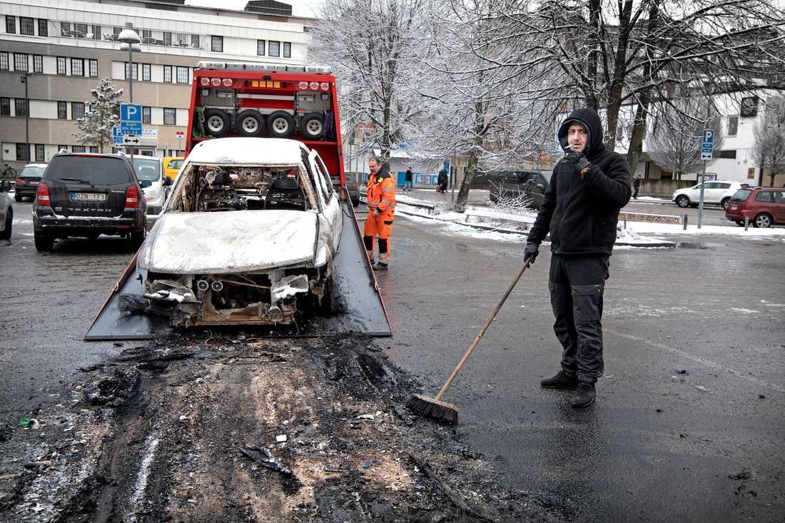Dagen efter i Rinkeby. Lazaros Karipidis, städar upp efter bilbränderna.