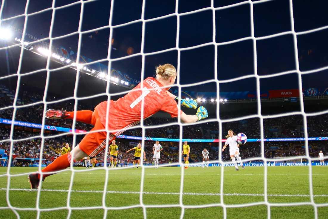 Hedvig Lindahl räddade Janine Beckies straff i VM-åttondelsfinalen.