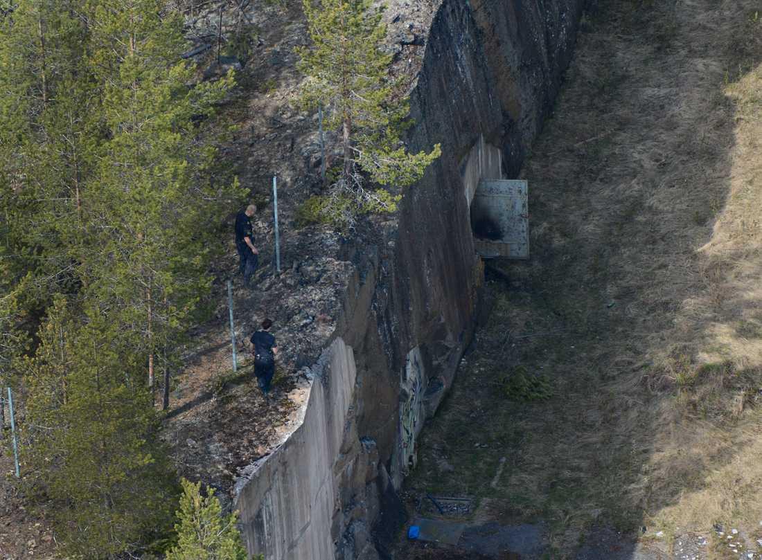 Vallgraven. Under tisdagen sökte polisen efter ytterligare kroppsdelar i området. Bland annat sökte man i en tom vallgrav vid ett övergivet fort.