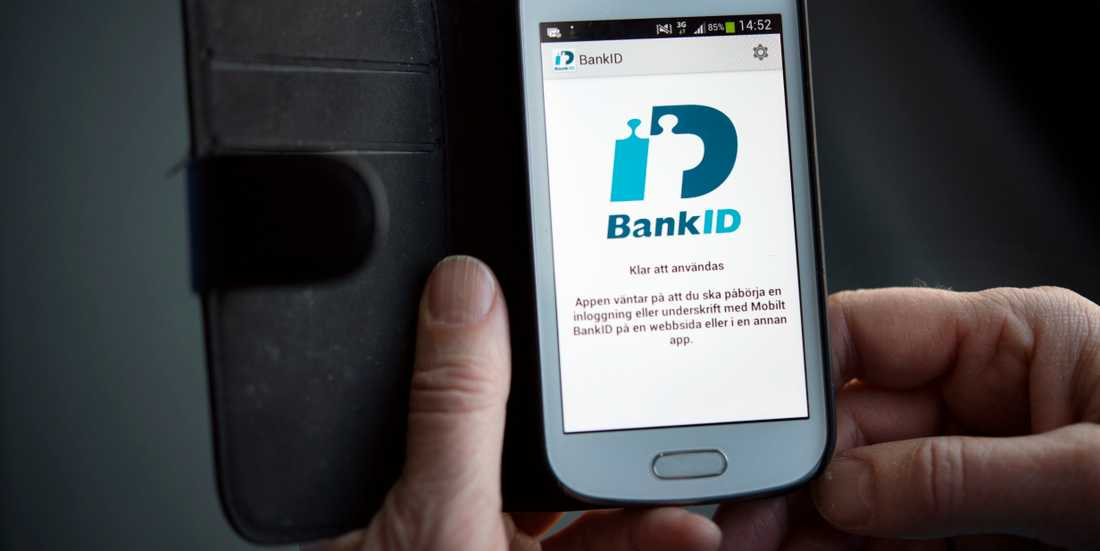 Bedragarna har lockat enskilda att lämna ifrån sig bank-id och personuppgifter mot löfte om snabba pengar.