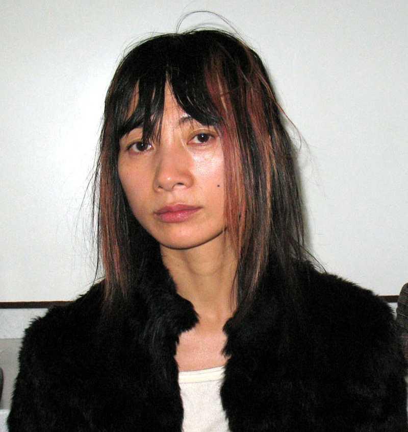 Skådespelerskan Bai Ling greps i februari 2008 på flygplatsen i Los Angeles för att ha snattat två kändistidningar och ett paket batterier.