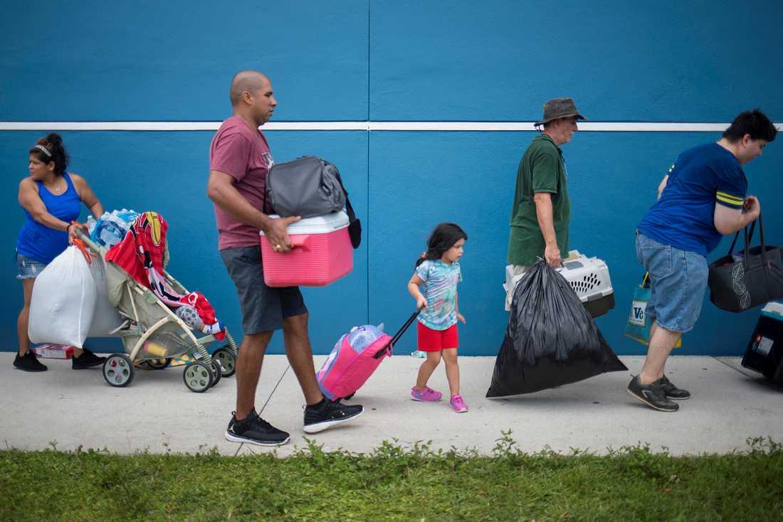Evakuerade får skydd på ett mottagningscenter i Estero, Florida.