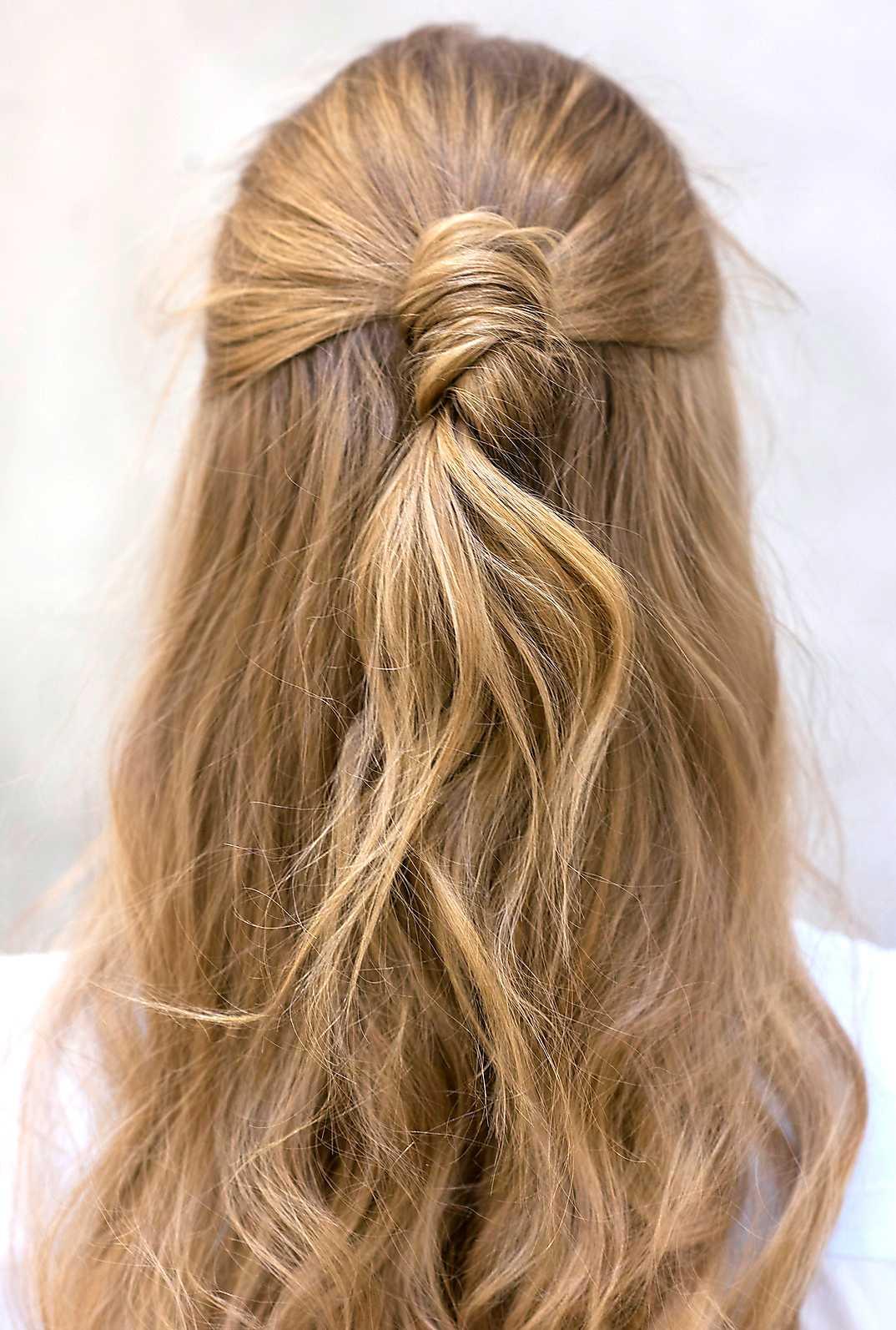 5 Frisyren ska inte vara perfekt så rufsa till det bakåtkammade håret.