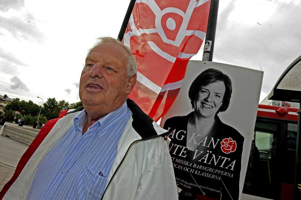 Socialdemokraternas valarbetare Per-Åke Pettersson, 67, vet inte varför partiet får så låga siffror. – Visst om folk inte tycker om Mona men vi är ju flera, säger han. Han tror att personer lämnar partiet när de får det bättre. – Folk börjar ha det bra. Annat var det på mamma och pappas tid när många byggde sina egna hus och var arbetare.
