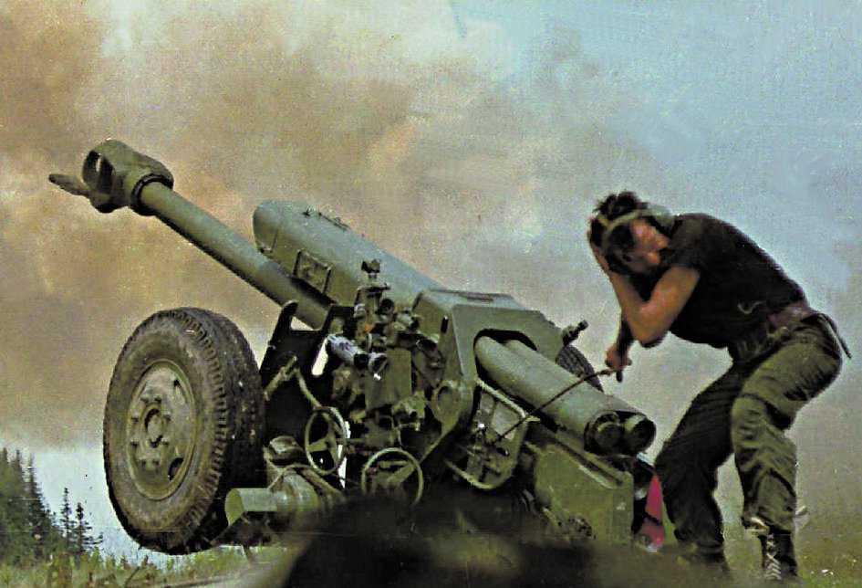 En bosnisk armésoldat avfyrar en kanon under kriget i Bosnien 1995.