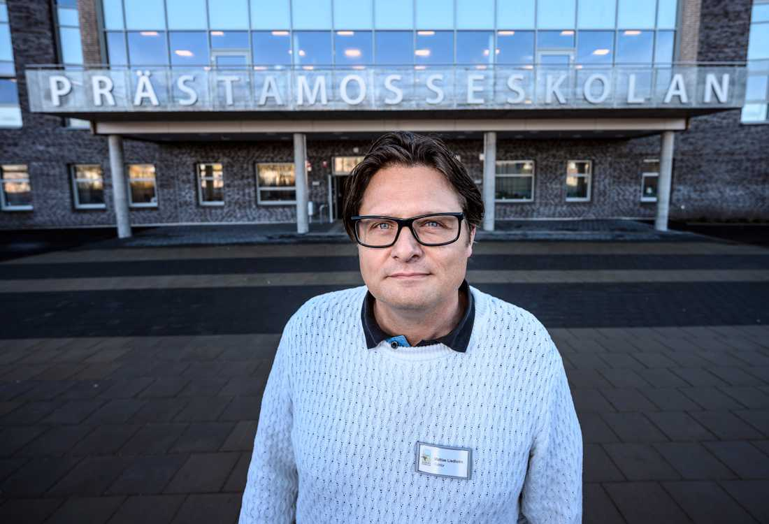 Mattias Liedholm, rektor på Prästamosseskolan i Skurup, blev på skärtorsdagen avstängd från sin tjänst. Han har tidigare vägrat införa det kommunalt beslutade slöjförbudet på sin skola, med hänvisning till vår grundlagsskyddade religionsfrihet.