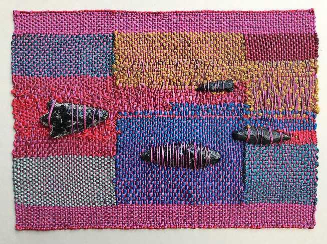 "Sheila Hicks, ""Minimes"", Fimbria, textil och sten, 2018."