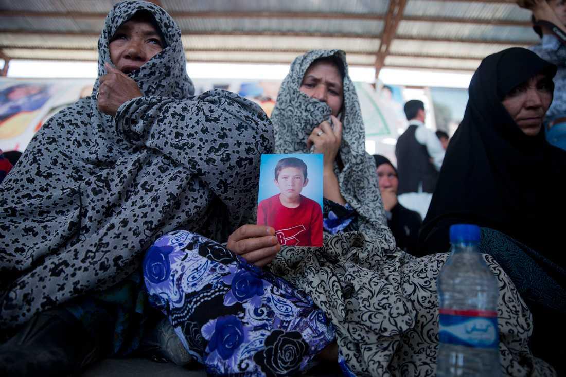 En afghansk mamma håller upp ett foto av sin son som dödats vid en attack mot shiamuslimska hazarer i Kabul 2016. Arkivbild.