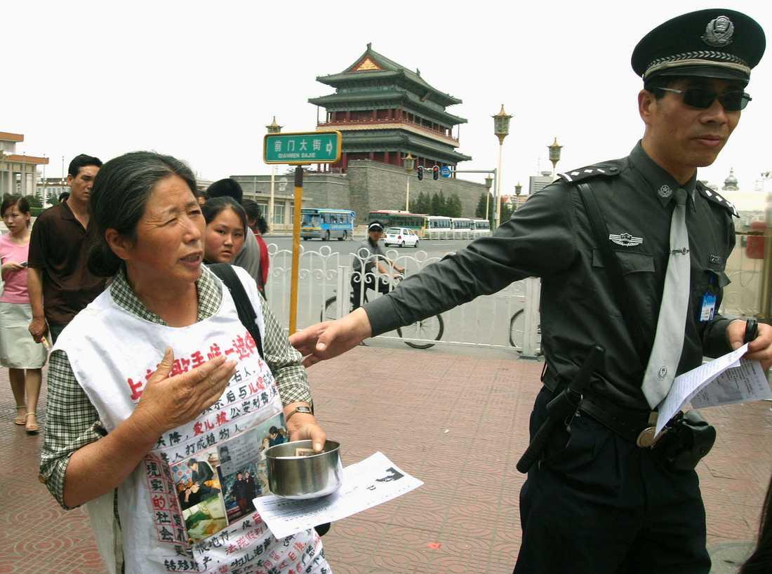 En kvinna demonstrerar på Himmelska fridens torg på den 15:e årsdagen för massakern. Inför 30-årsdagen förbereder sig Peking för att undvika att stora folksamlingar samlas för att högtidlighålla minnet av de döda. Arkivbild.
