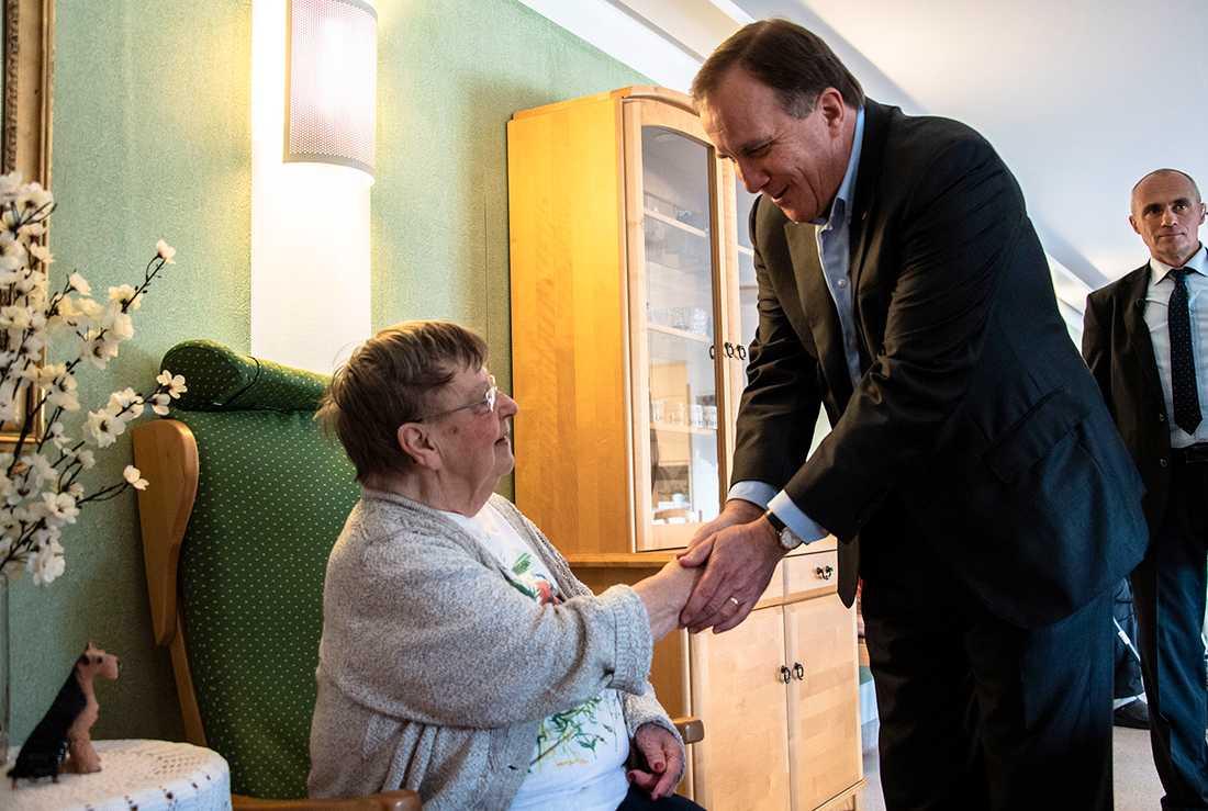 Statsminister Stefan Löfven (S) och landsbygdsminister Sven-Erik Bucht (S) hälsar på Evy Lindström när de besöker äldreboendet Solgården, Ödeshög.