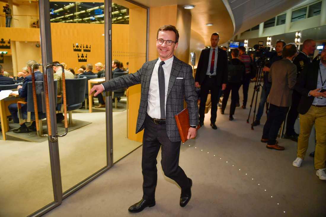 Ulf Kristersson (M) på väg in till budgetomröstningen.
