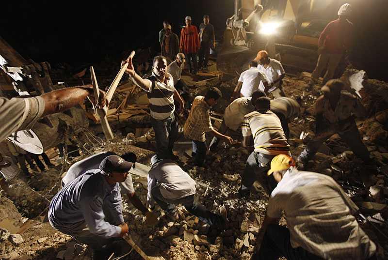 TIDEN ÄR KNAPP Det är bråttom att hitta de överlevande från jordbävningen. Under ett fyravåningshus finns fler levande offer. Räddningsmanskap och frivilliga jobbar dygnet runt.