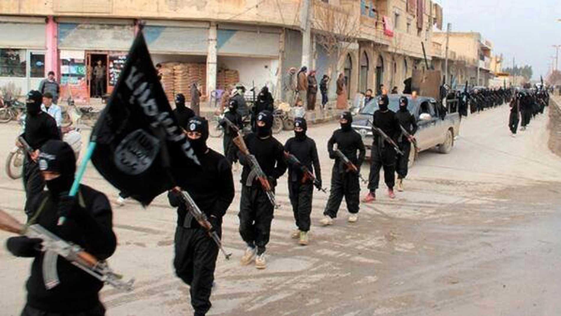 Stridande för Islamiska staten, IS, i Raqqa i Syrien 2014. (Militant Website via AP, File)