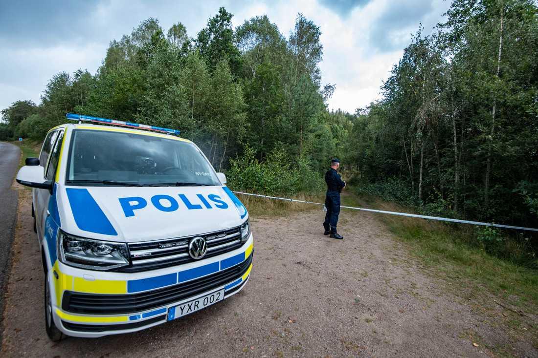 En polis bevakar avspärrningarna runt området kring den plats utanför Markaryd där 70-åringen försvann. Arkivbild.