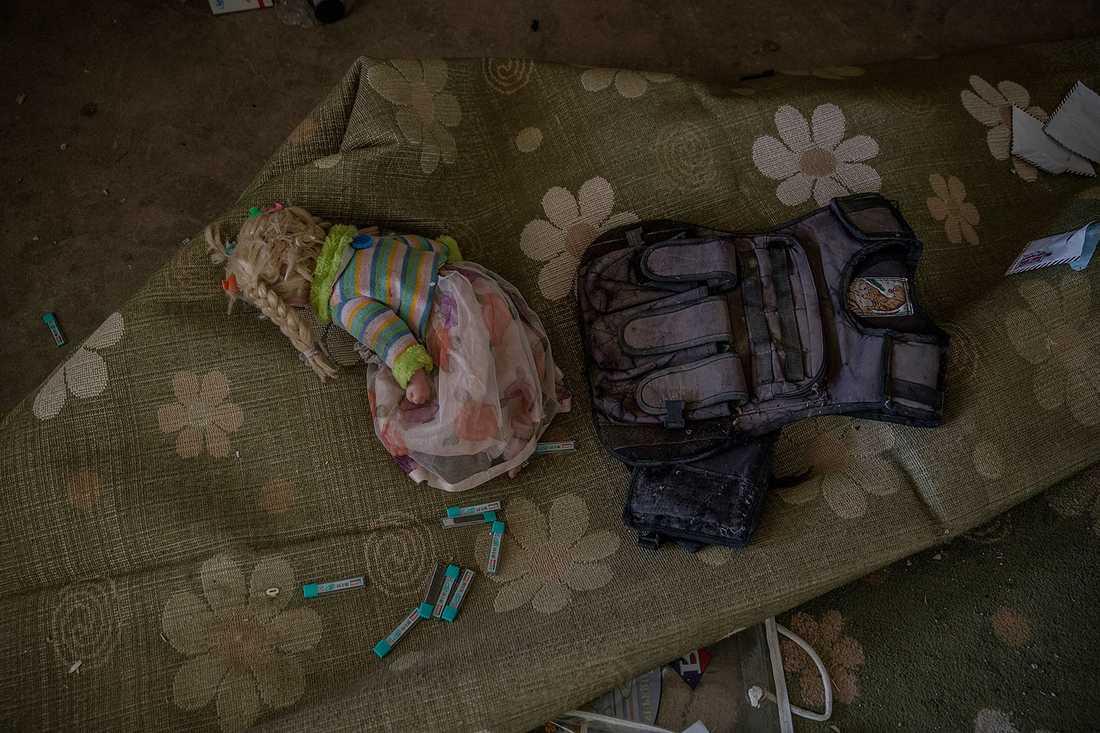 Utrustning som IS-soldaterna använt ligger dumpade hulle rom buller med tillhörigheter från de civila som en gång bodde på platsen.