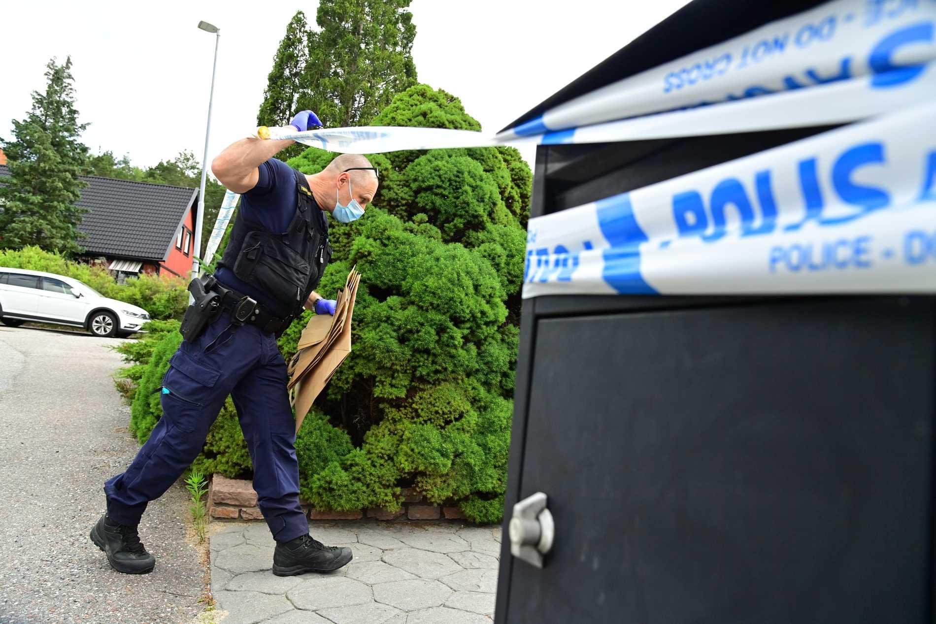 På lördagsmorgonen befann sig polisens tekniker på platsen.