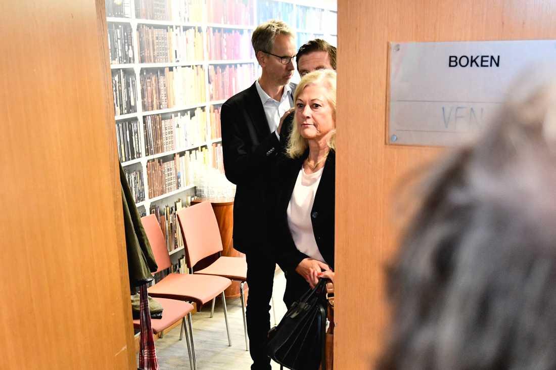 Cecilia Versteegh, styrelseledamot i Apotekstjänst, i bakgrunden Apotekstjänsts vd Tomas Hilmo, lämnar mötet med politiker i varuförsörjningsnämnden angående bristen på sjukvårdsmaterial i Region Uppsala