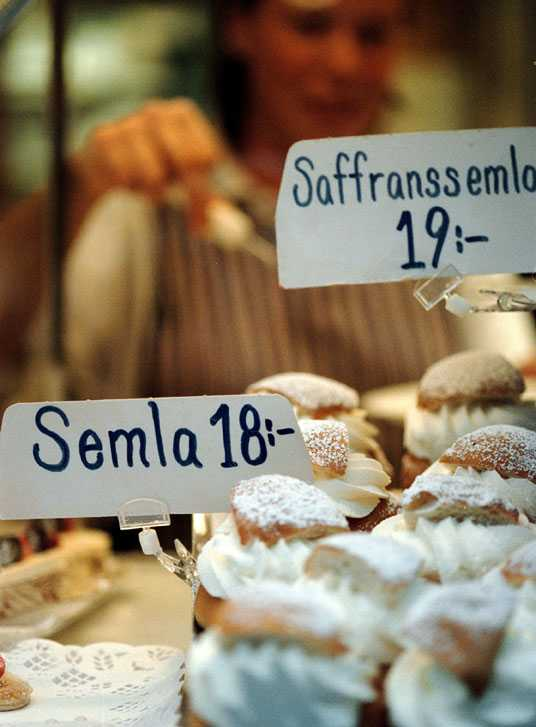 Kärt bakverk Semlan säljs i dag inte bara på Fettisdagen – utan även före jul, då med saffran i bullen.