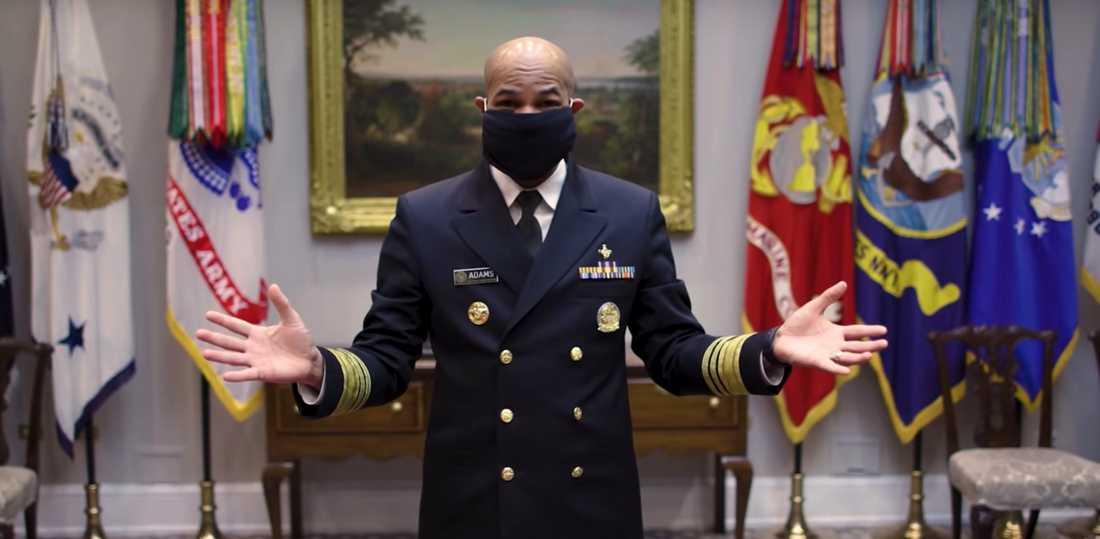 Jerome Adams i en video där han visar hur han gör munskydd av en halsduk.