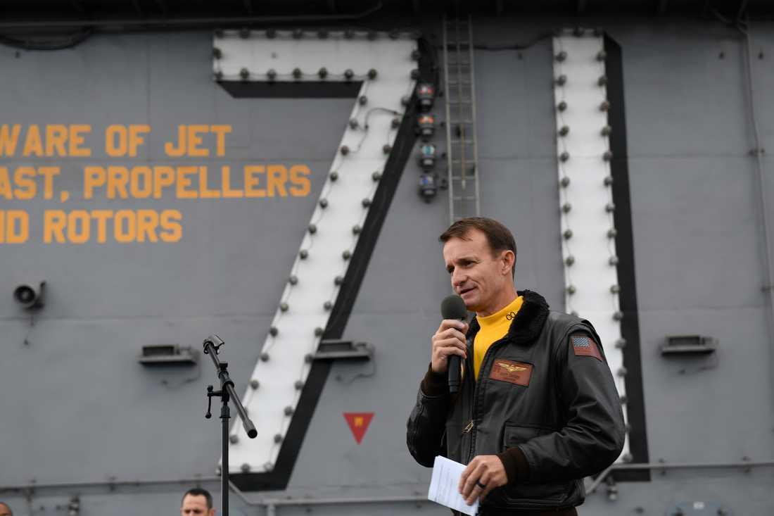 Kapten Brett Crozier entledigades sedan han krävt att hans besättning skulle provtas för covid-19. Nu lämnar den ansvarige marinministern in sin avskedsansökan. Arkivbild.