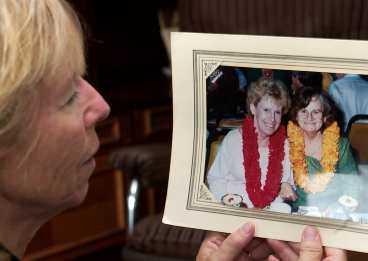 """""""Mamma var pigg och kry"""" Gudrun Johansson visar en semesterbild på sin mor Hilma (till höger). Förra onsdagen bröt den 94-åriga kvinnan lårbenet när hon kastades omkull i bussen. I lördags dog hon."""