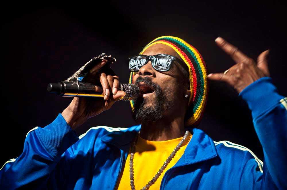 Snoop Dogg, numera Lion, uppträder.