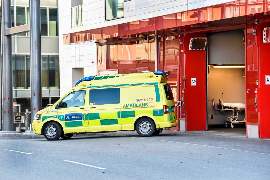 Den skadade mannen fördes med ambulans till sjukhus. Arkivbild.
