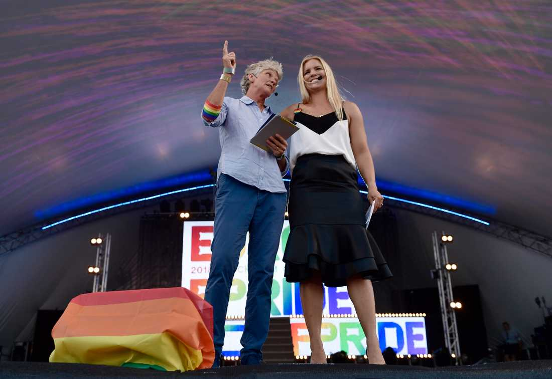 Idrottsprofilerna Pia Sundhage och Anja Pärson talade under invigningen av Europride på Östermalms IP i onsdags.