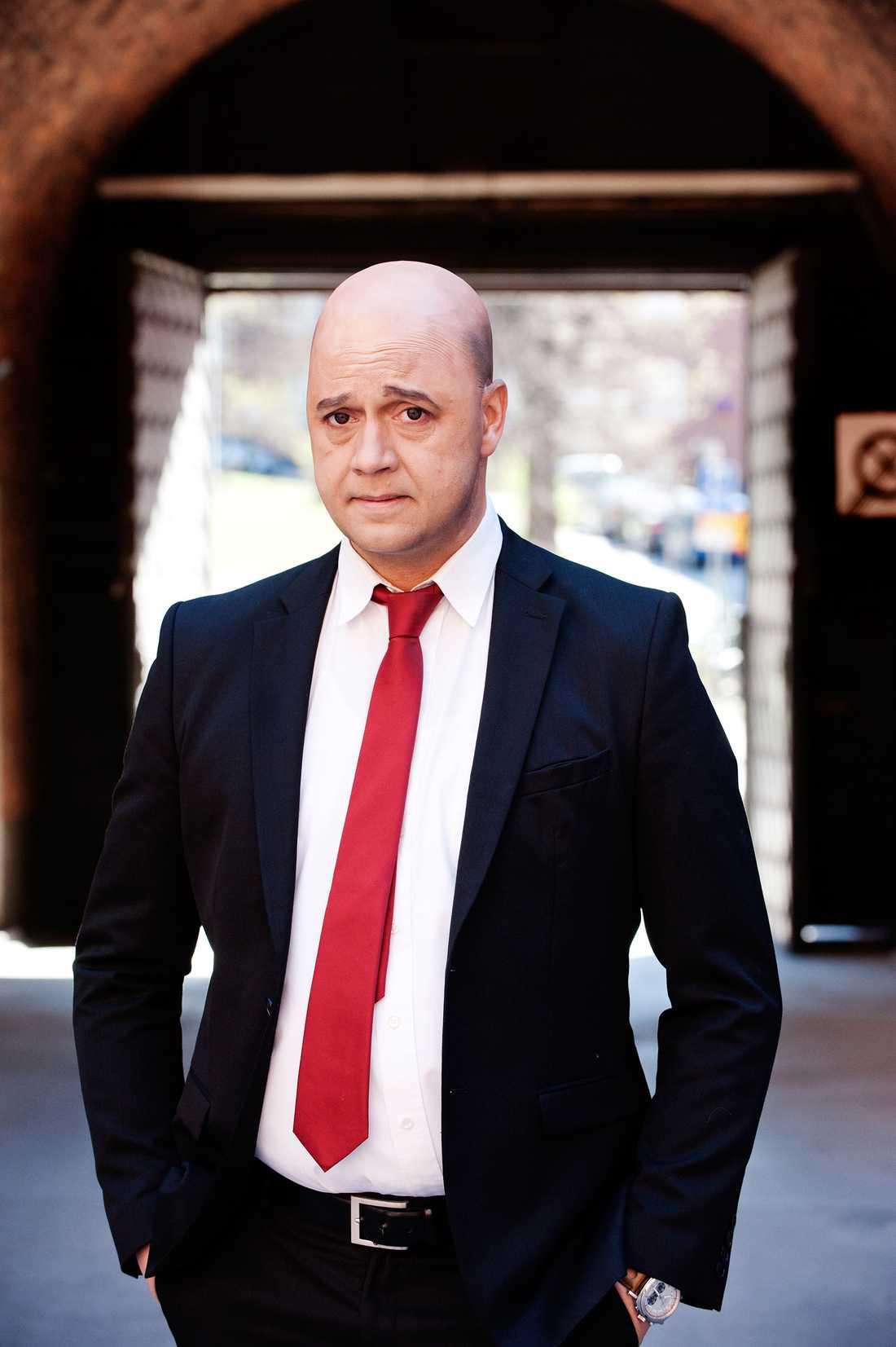 """I rollen som sig själv ser Reinfeldt gärna Johan Petersson från """"Partaj"""". Här iklädd rollen."""
