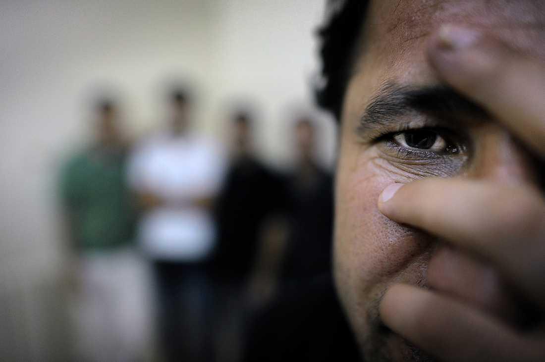 MED LIVET SOM INSATS  Agir, Remo, Daman, Fadil och Ali är aktivister, gamla vänner och studenter. I vintras såg de folken i Tunisien och Egypten kräva sin frihet – och få den. De kände att de måste ta sin chans. Och de började försiktigt. Men våldet har trappats upp. Polis och militär skjuter för att döda.