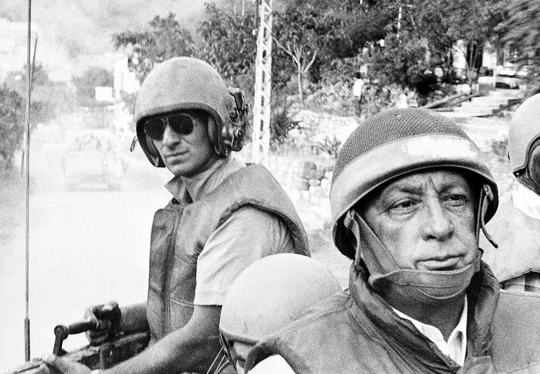 1982 Ariel Sharon åker i en bandvagn för att inspektera israeliska trupper i Beirut.
