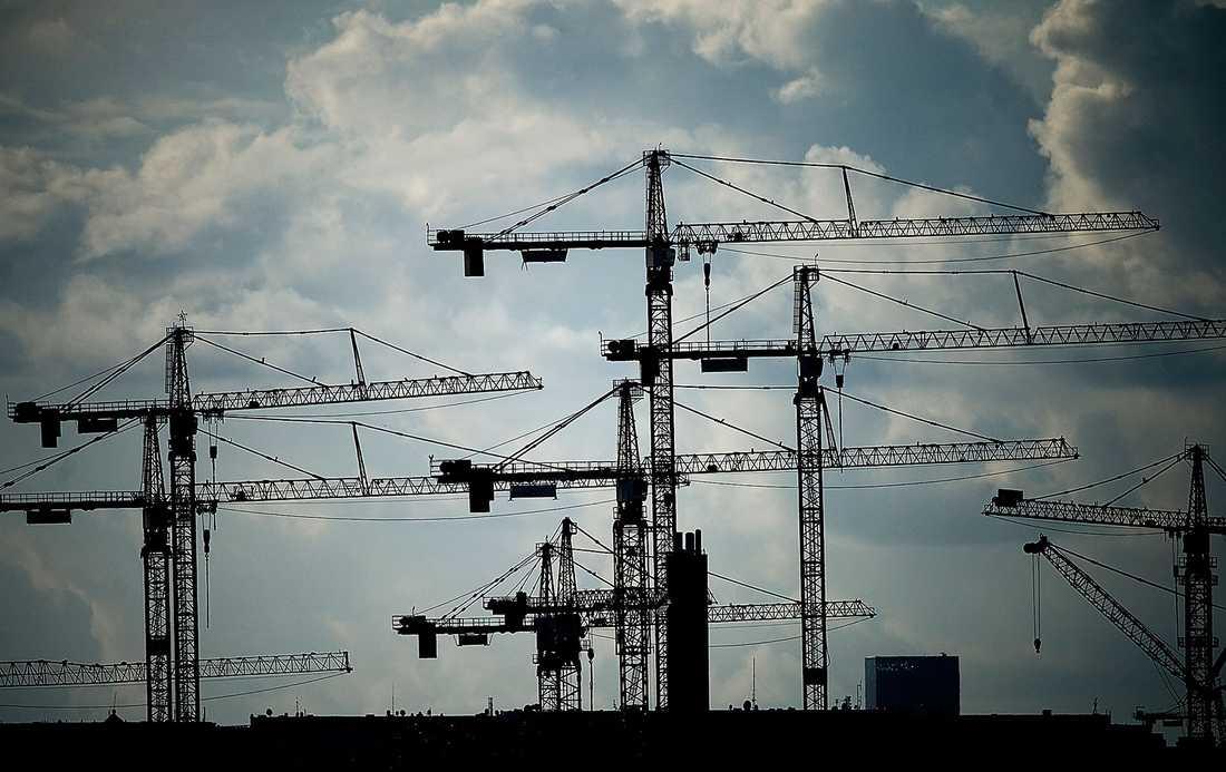 orättvis arbetsplats Utländsk arbetskraft på svenska  byggarbetsplatser påverkar villkoren för hela branschen, bland annat de anställdas lägre löner.