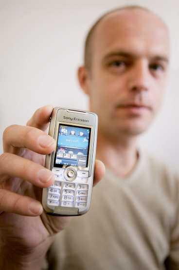 NYA POKERSATSNINGEN Stefan Ekman visar upp senaste pokernyheten: möjligheten att spela via mobiltelefonen.