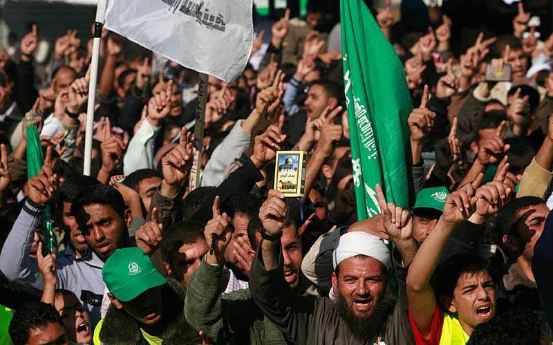 Palestinska anhängare skriker ut sitt stöd till Hamas. Nu avslöjas att brittiska underrätteselsetjänsten MI6 drog upp en plan för att undanröja Hamas.