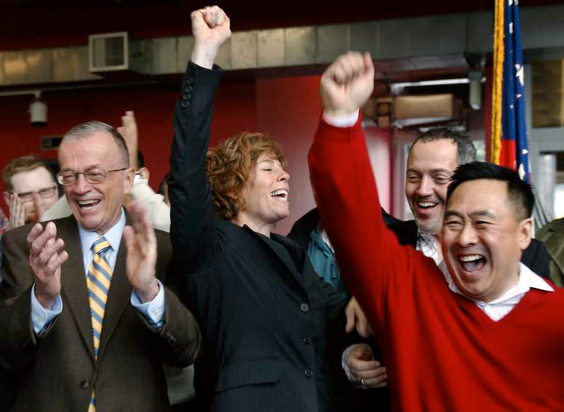 Gay & Glad Pensionerade marinofficeren Zoe Dunning, i mitten på bilden, firar beslutet med sina kamrater på ett LGBT center i San Francisco. Dunning själv fick fått två varningar och hot om avsked när hon kom ut som lesbisk.