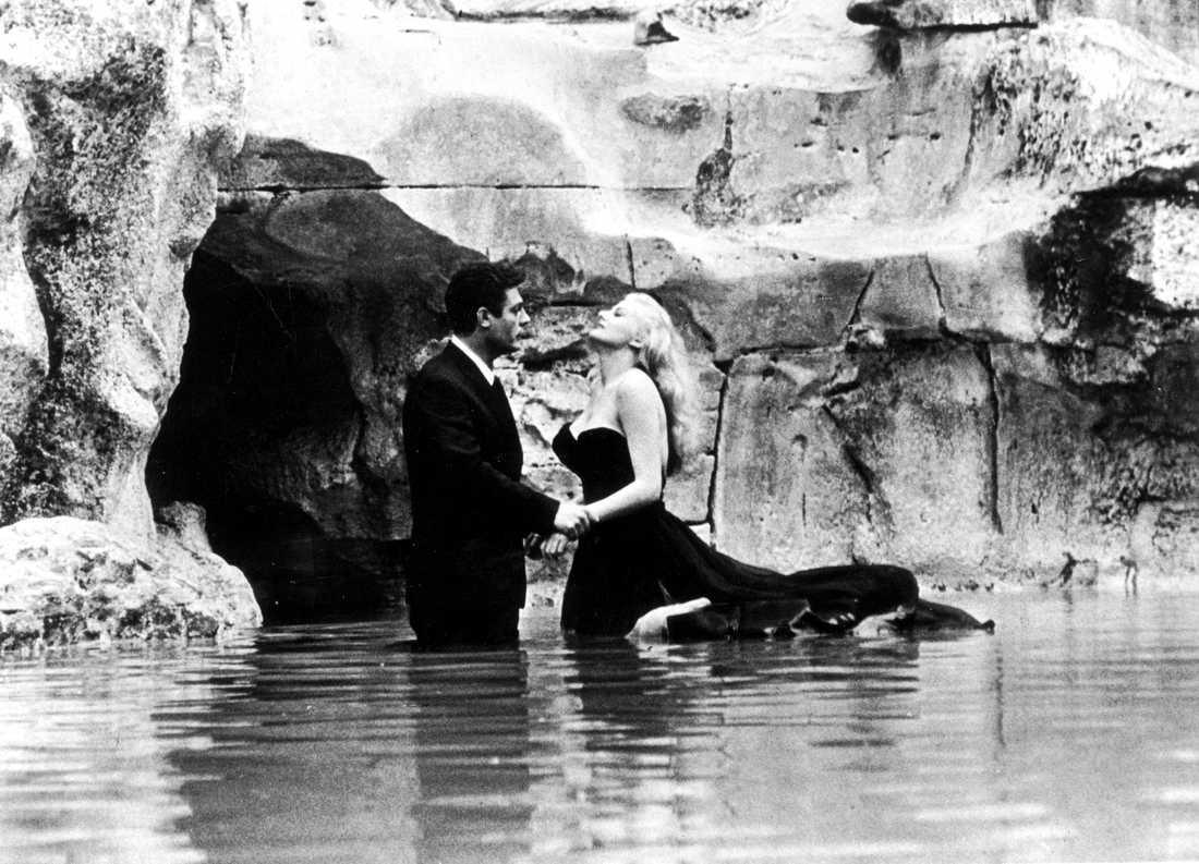 "Anita Ekberg med Marcello Mastroianni i ""La Dolce Vita"" eller ""Det ljuva livet"" vid fontana di Trevi"