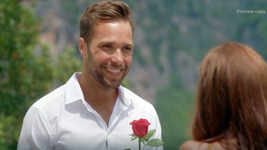 Årets Bachelor David Möller delar ut sista rosen.