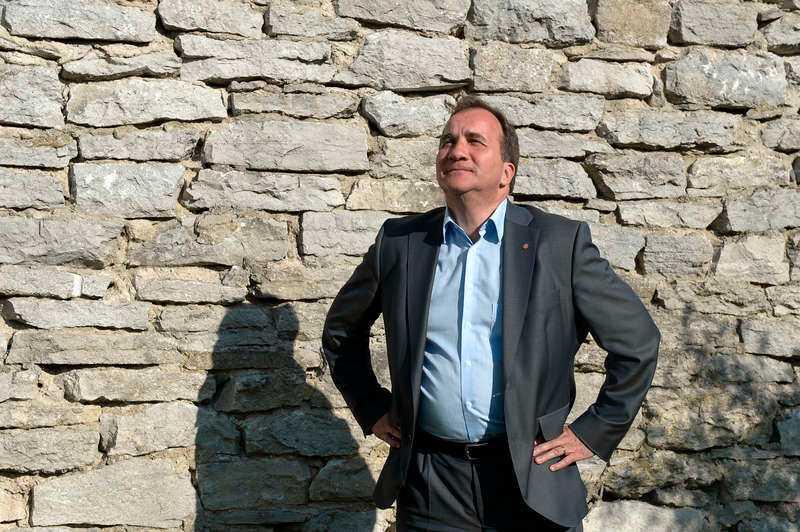 """Varnade vid införandet S-ledaren Stefan Löfven tycker att statsminister Fredrik Reinfeldt gör ett för stort nummer av att han slopat de differentierade a-kasseavgifterna som gjorde att en halv miljon svenskar lämnade a-kassan. """"De införde det och nu står Reinfeldt och säger att det här var inte bra. Sedan får det stora rubriker, när det är han själv som ligger bakom"""", säger Stefan Löfven."""