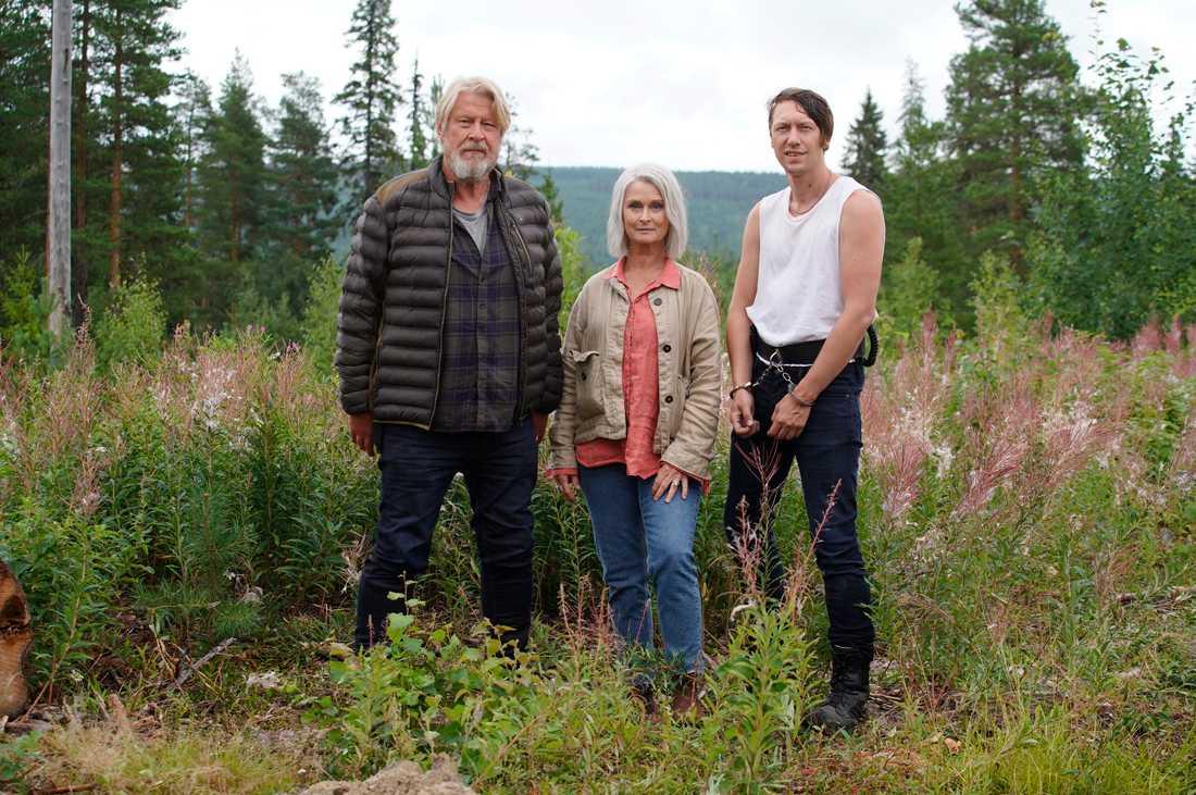 """Rolf Lassgård som Erik Bäckström, Lena Endre som åklagare Thompson och Simon J Berger som Joar Särn i """"Jägarna""""."""