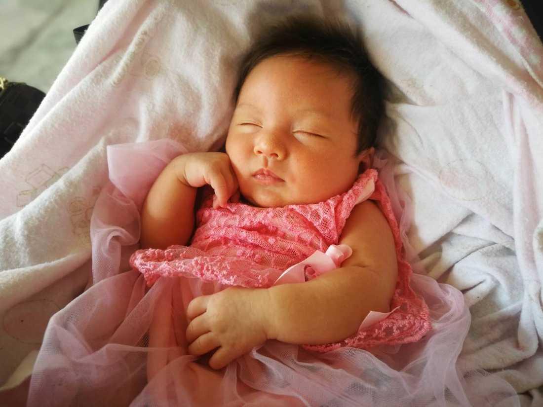 """""""Detta är min dotter Selina, hon föddes i Thailand i oktober 2018 med relativt mycket hår. Selina är i dag åtta månader och har en ganska bra kalufs"""", säger pappan Rickard Palmqvist från Södertälje."""