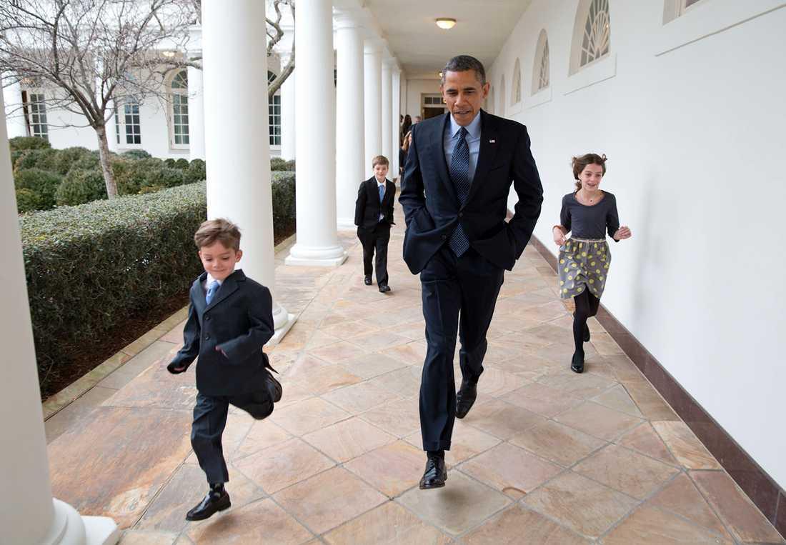 """Pete Souzas kommentar: """"En kall dag i januari 2013. Presidenten springer i kapp med Denis McDonoughs barn mellan Vita husets kolonner för att tillkännage att Denis ska bli ny stabschef."""""""