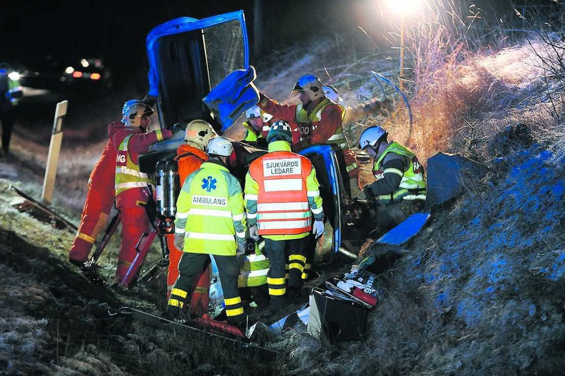 VOLTADE I HALKAN Tre personer skadades i går kväll sedan en bil voltat i Oxbro utanför Nyköping. Det var mycket halt på olyckplatsen.