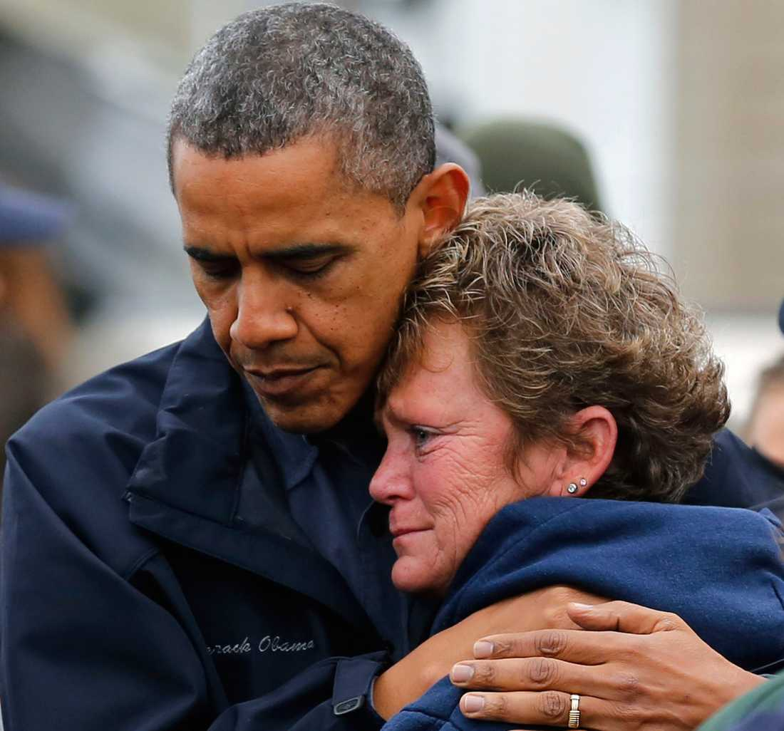 Barack Obama tröstar stormoffret Dana Vanzant i Brigantine, New Jersey.