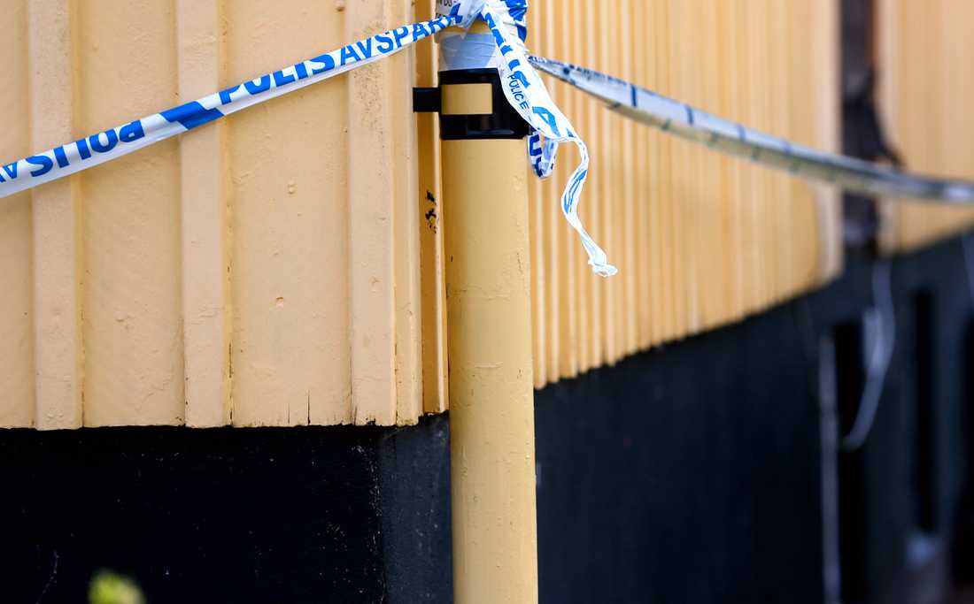 Polis har spärrat av huset där kvinnan misstänks ha mördats.