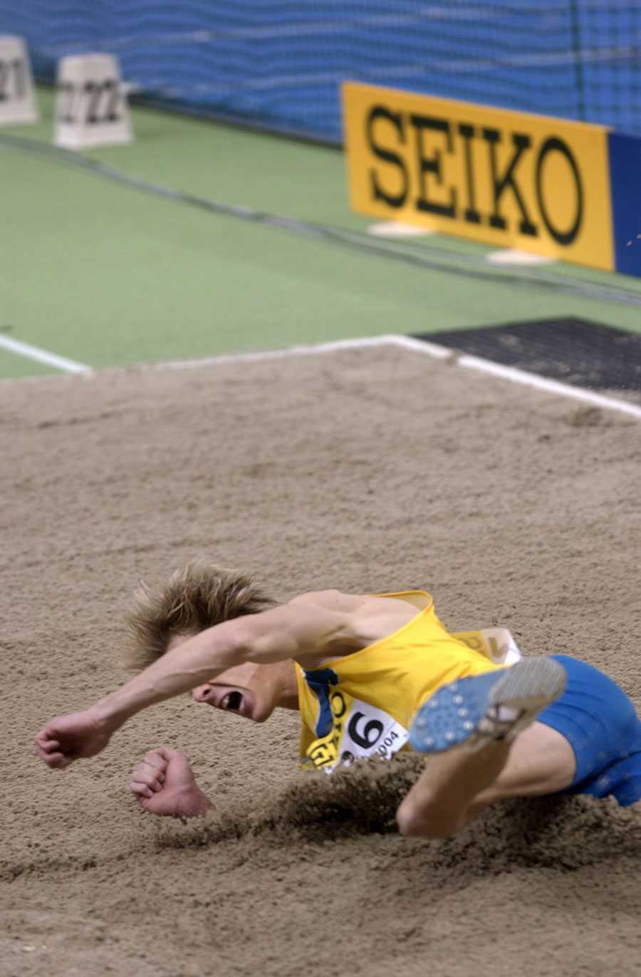 INOMHUS-VM I BUDAPEST 2004 Christian Olsson vinner sitt tredje raka mästerskapsguld inomhus. Segerhoppet på 17,83 är hans längsta i karriären.