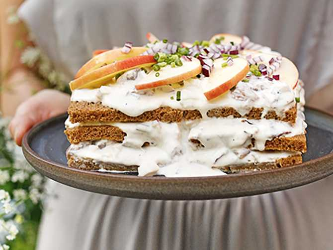 Bjud på saftig kavringstårta med klassiska smaker.