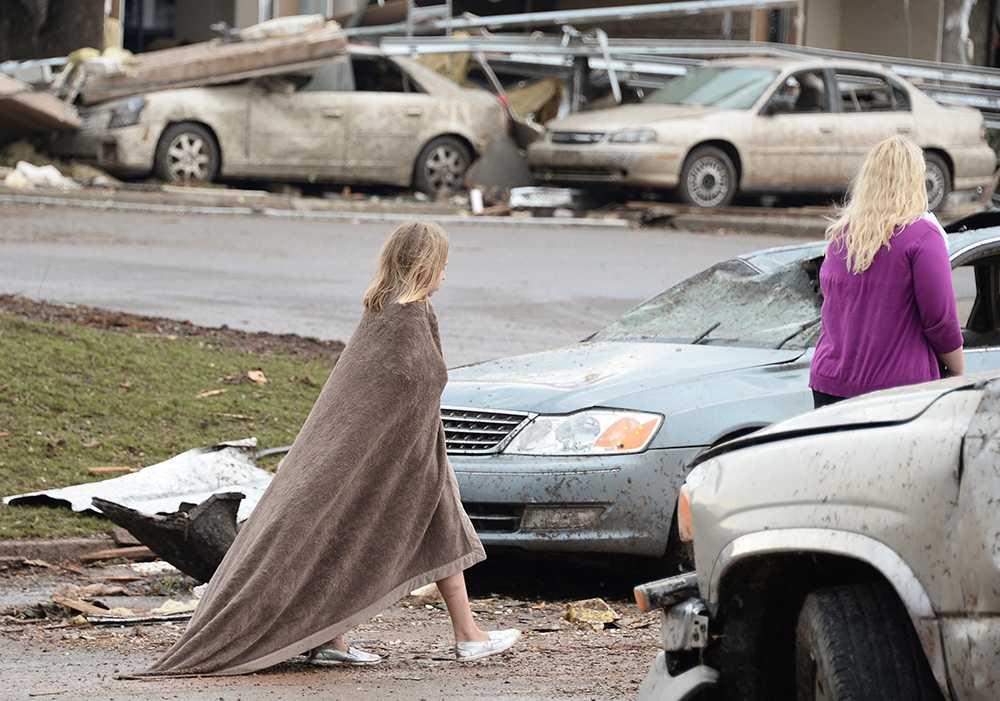 En flicka försöker hålla sig varm i närheten av Moore Hospital i efterdyningarna av tromben
