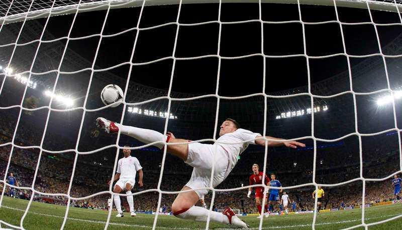 Kunde förhindrats  John Terry rensar en boll som är över mållinjen i matchen mot Ukraina i EM.